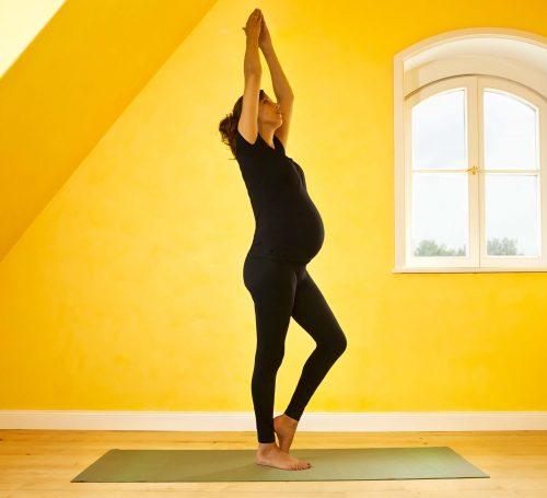 Femke poseert vor de website verschillende yoga poses